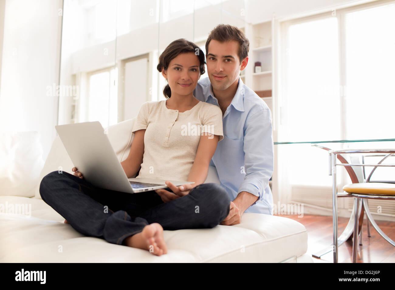 Frau Mann Laptop indoor Wohnzimmer Liebhaber, Kamera suchen Stockbild