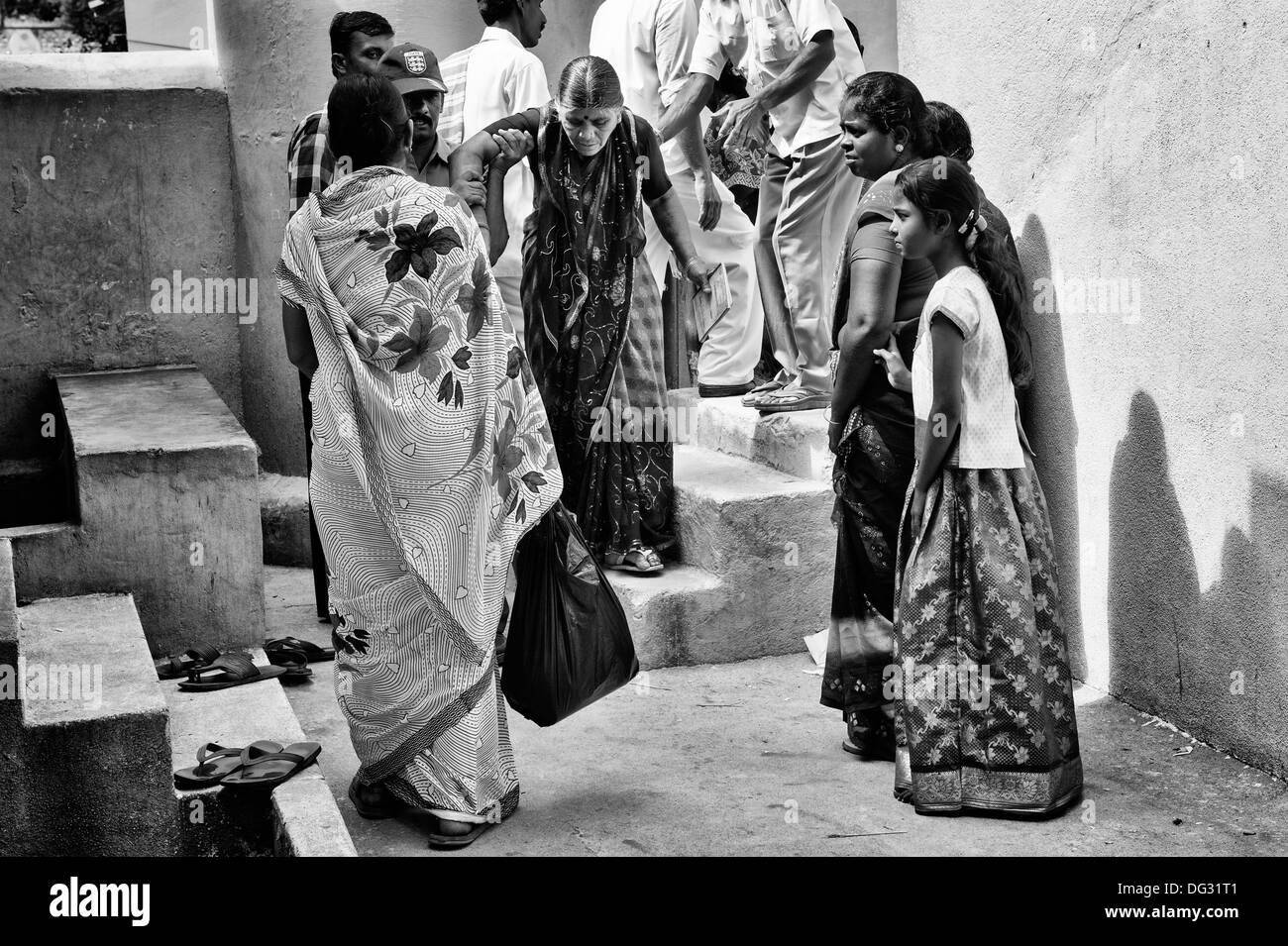 alte indische frau in sri sathya sai baba mobile. Black Bedroom Furniture Sets. Home Design Ideas