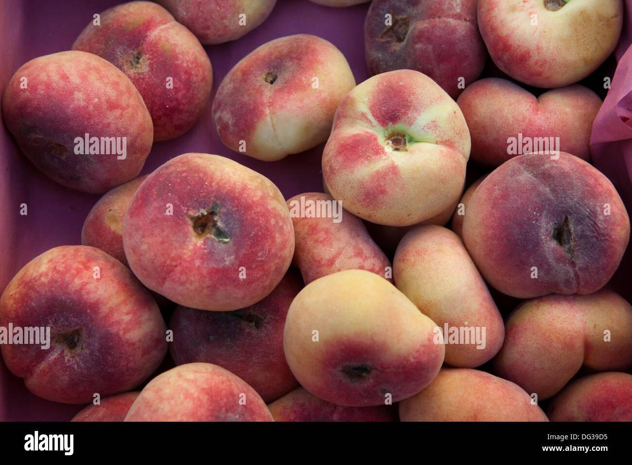 Saturn Pfirsiche oder Donut (Donut) Pfirsiche, Prunus Persica var. Platycarpa, an einem Marktstand, Hannover, Niedersachsen, Deutschland Stockbild