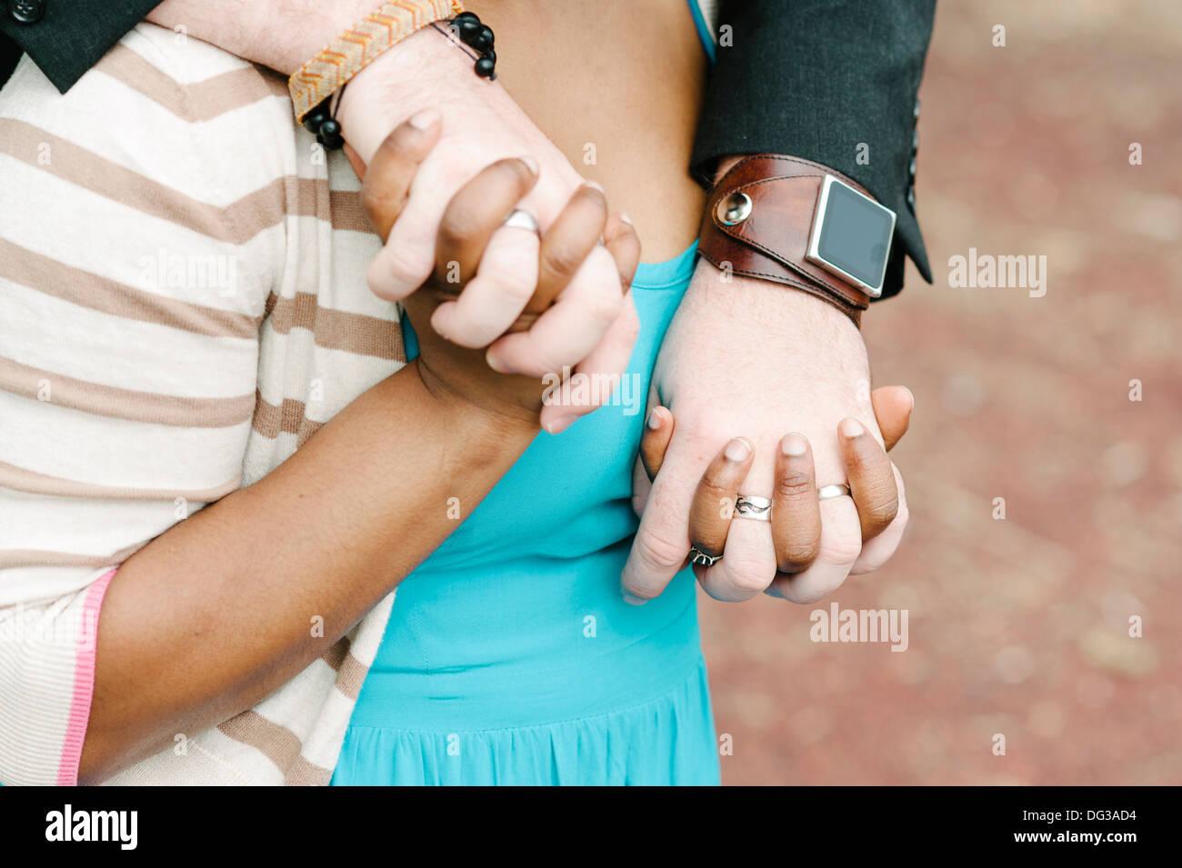 Interracial paar Hand in Hand, Nahaufnahme Stockbild