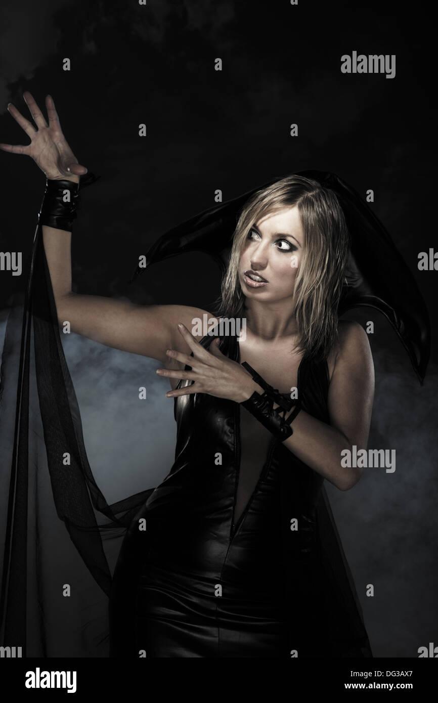 Frau im schwarzen Hexe Kleid für Halloween. Studio gedreht Stockbild