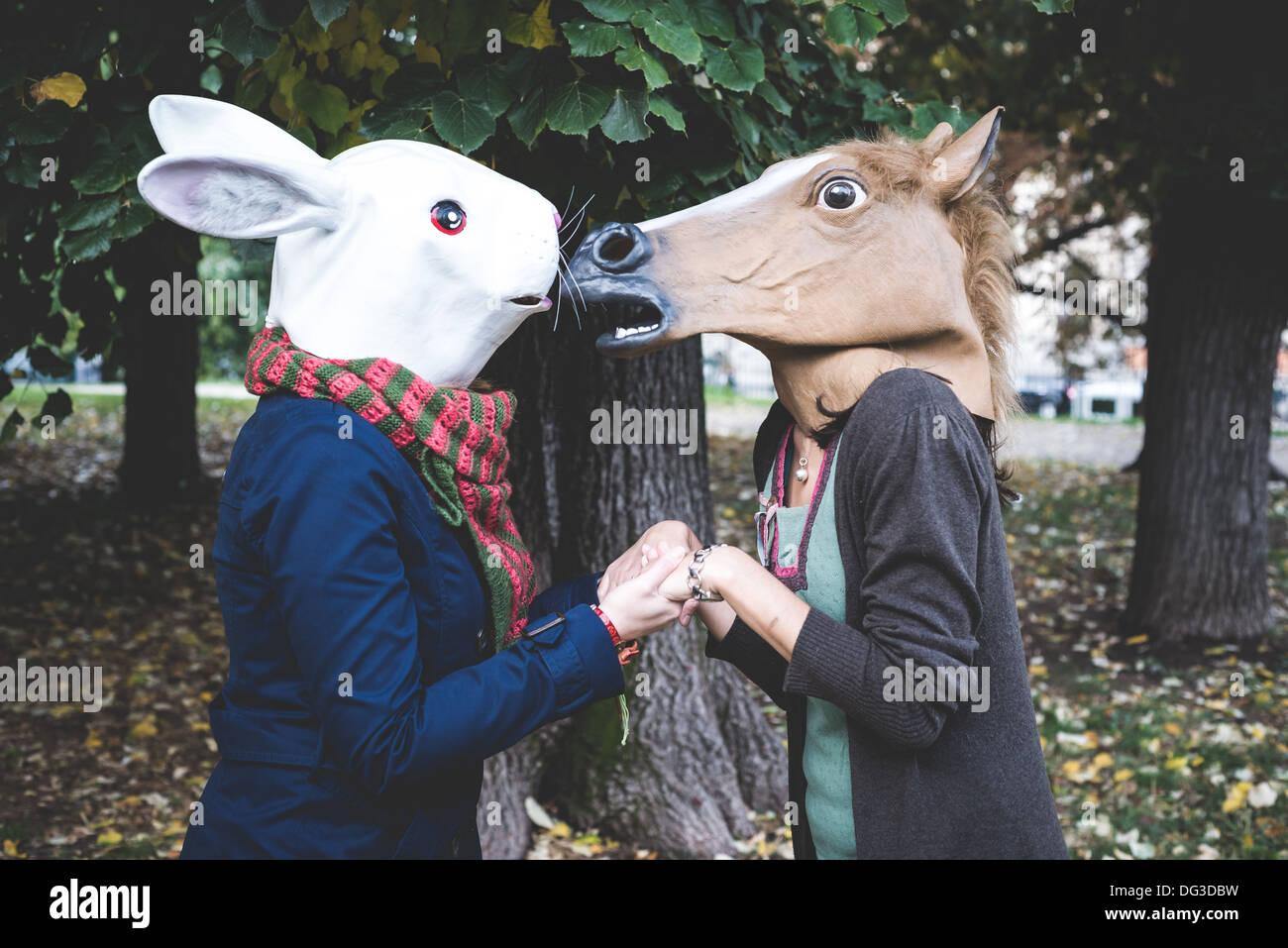 Pferd und Kaninchen Maske Frauen im Park Herbst Stockbild
