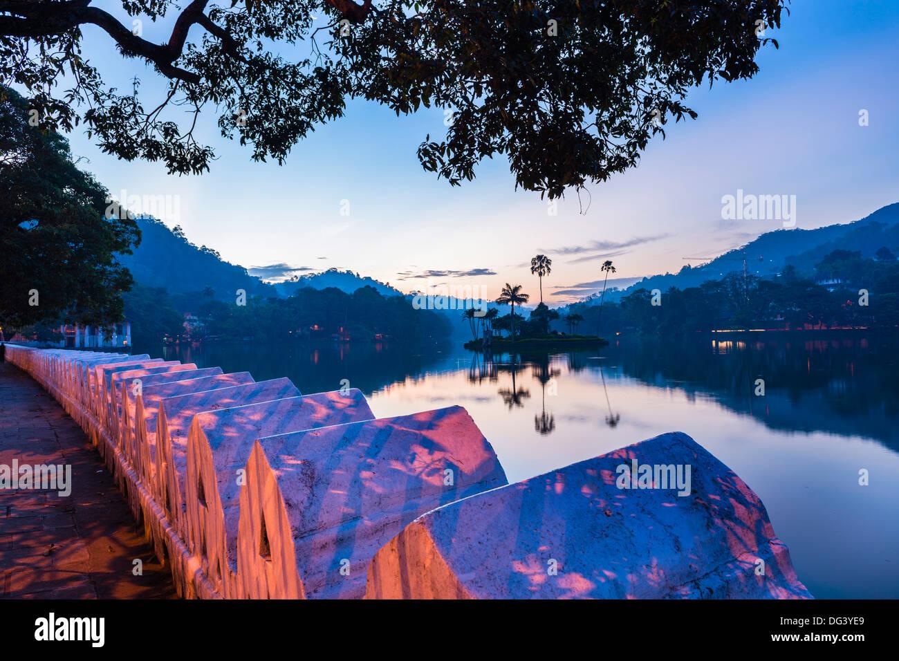 Kandy-See und die Insel beherbergt das Königshaus Sommer bei Dämmerung, Kandy, Central Province, Sri Lanka, Asien Stockfoto