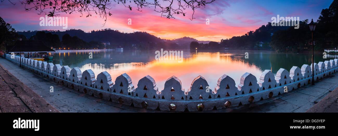 Sonnenaufgang in Kandy Lake und die Wolken Mauer (Walakulu), Kandy, Central Province, Sri Lanka, Asien Stockbild