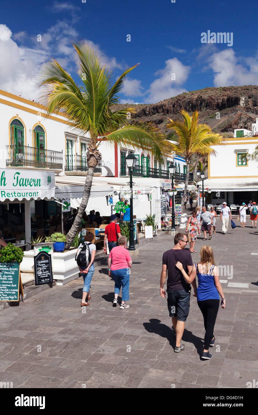 Menschen zu Fuß auf einer Promenade, Puerto de Mogan, Gran Canaria, Kanarische Inseln, Spanien, Europa Stockbild