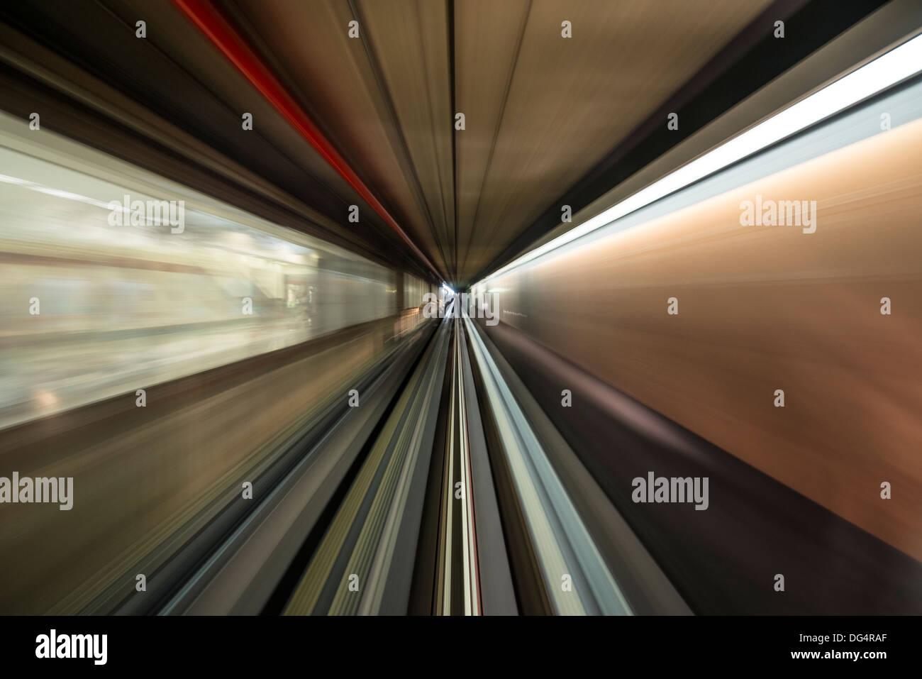 Bewegungsunschärfe in einer beweglichen Straßenbahn Stockbild