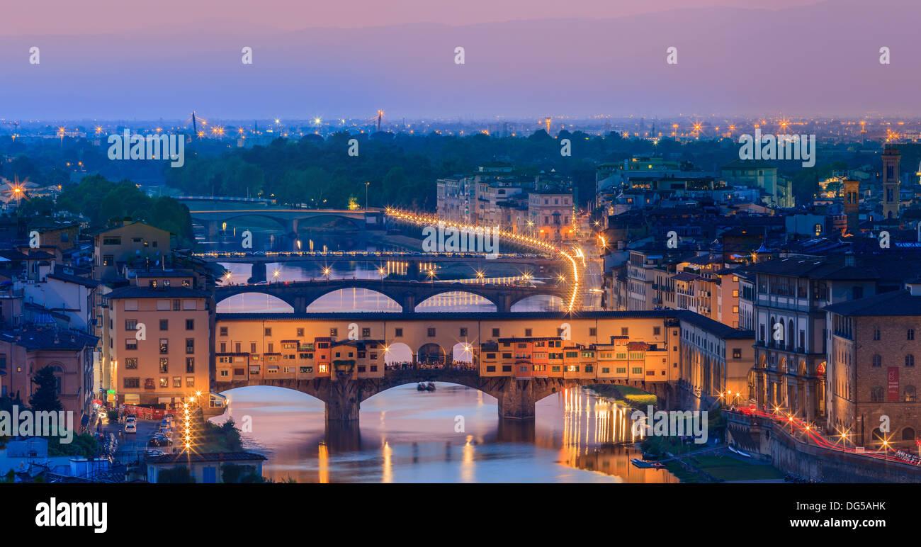 Der Ponte Vecchio Brücke über den Arno in Florenz, Italien. Vom Piazzale Michelangelo Stockbild
