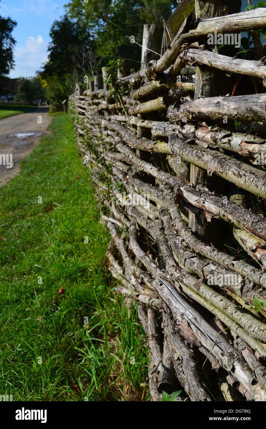 Traditionelle Weide Holz Akazie Zaun Stockfoto Bild Alamy