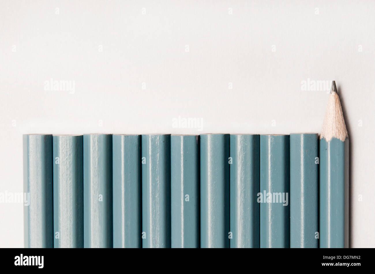 Bleistifte in einer Reihe, man stellte sich in die entgegengesetzte Richtung, Konzept für contrarian Stockbild