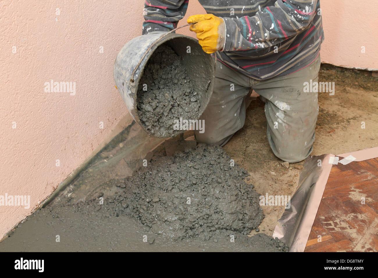 Renovierungs Arbeiter Auf Beton Eimer Giessen Stockfoto Bild