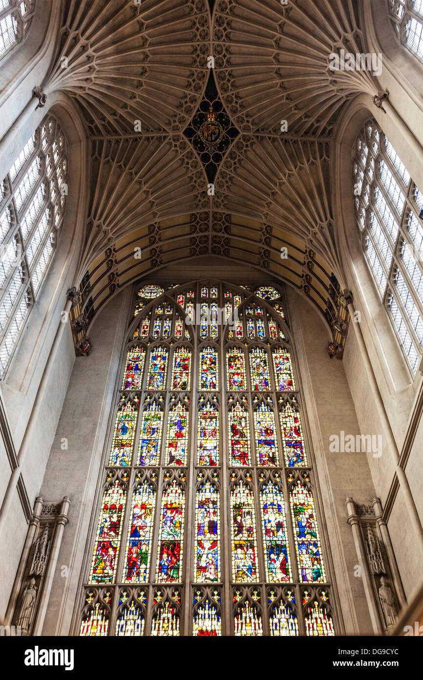 Innere der Abteikirche von Bath Fan Gewölbe Decke und Glasmalerei Fenster über dem Altar zeigt. Stockbild