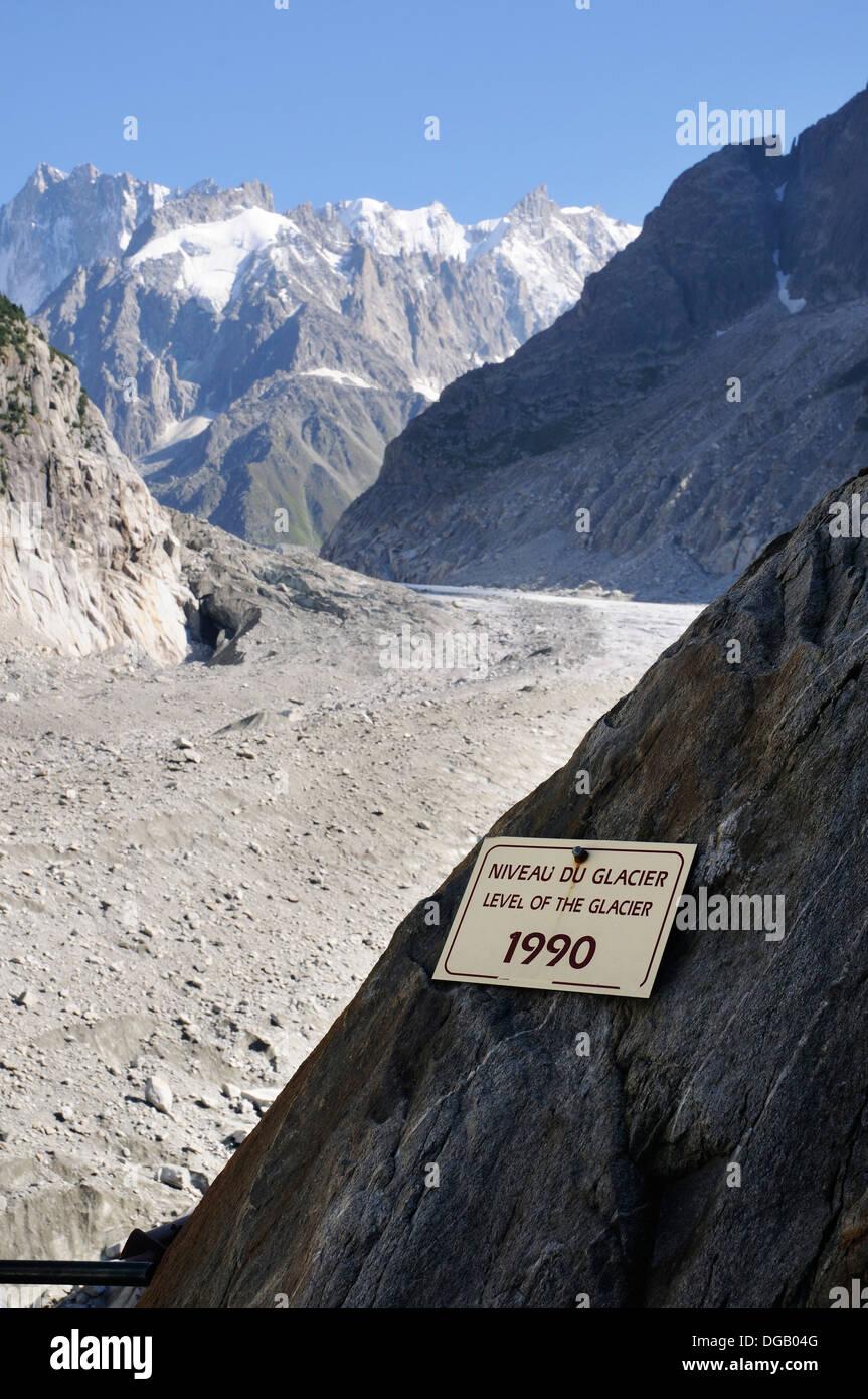 Ein Schild zeigt das Ausmaß der Glazial-Rückzug vor kurzem - Mer de Glace jetzt weit unter dem Schild zeigt, wie im Jahr 1990 Stockbild