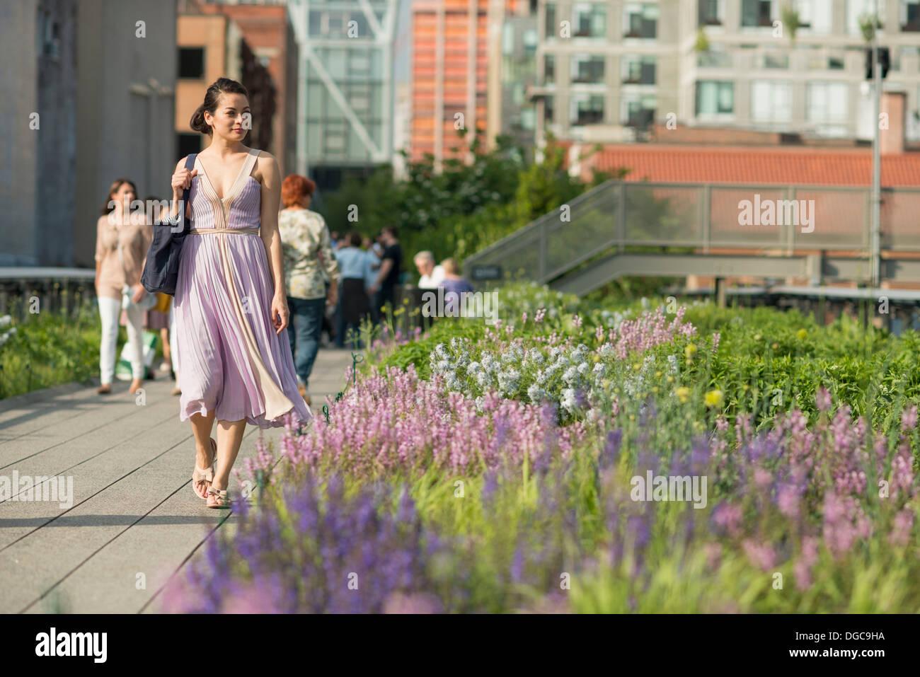Mitte Erwachsenen Frauen zu Fuß durch High Line Park in New York City Stockbild