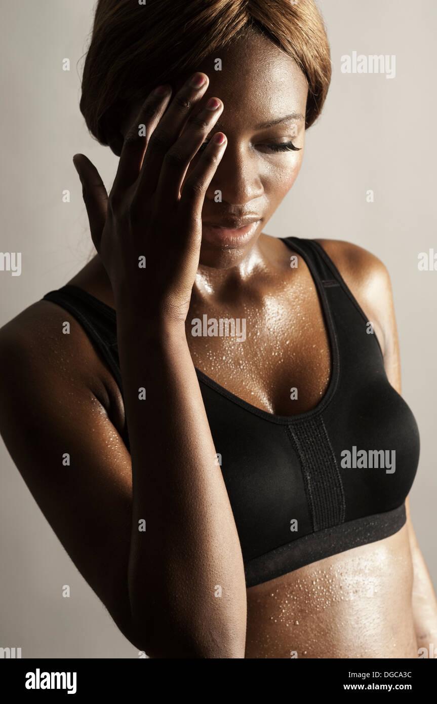 Studioaufnahme von Frau mit hand aufs Gesicht Stockbild