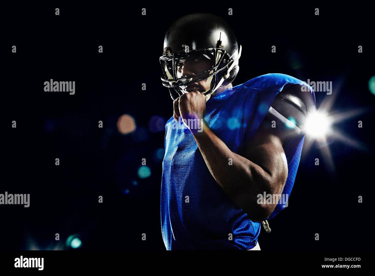 Porträt des american Footballspieler mit Helm Stockbild