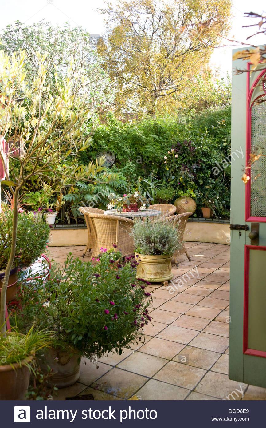 geflieste terrasse innenhof mit sitzgelegenheiten mosaik tisch wicker stockfoto bild. Black Bedroom Furniture Sets. Home Design Ideas