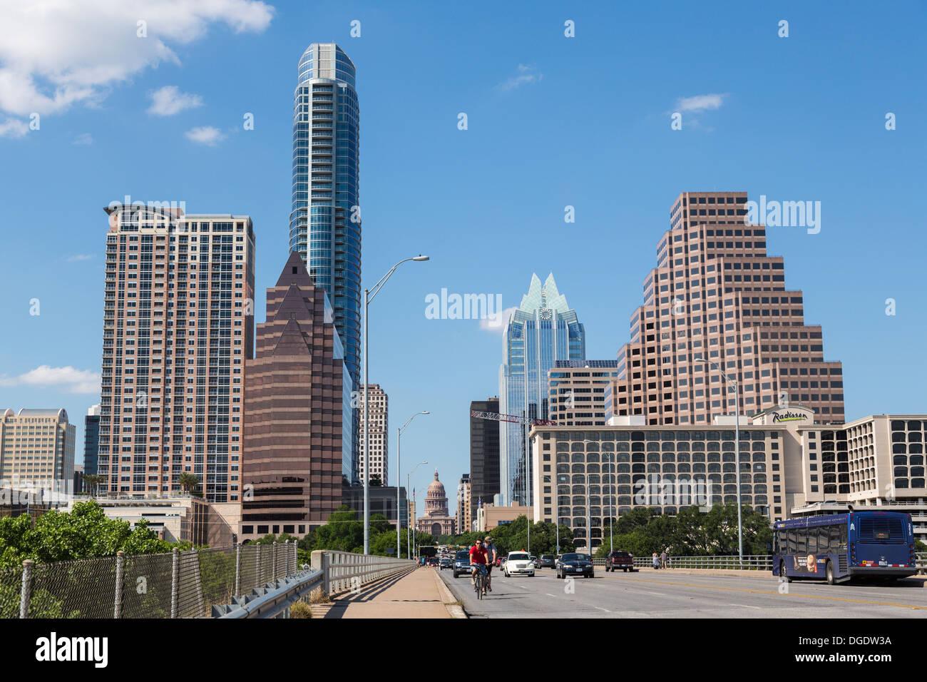 Verkehr kreuzt S Congress Avenue Brücke mit Austin Skyline im Hintergrund Texas USA Stockbild