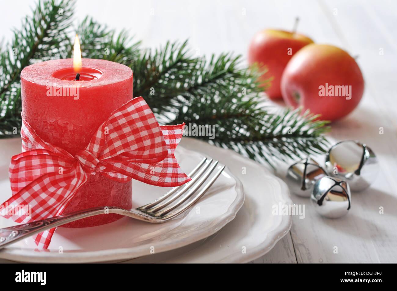 Weihnachten Tischdekoration mit roten Kerze und Tannen Ast Stockfoto ...