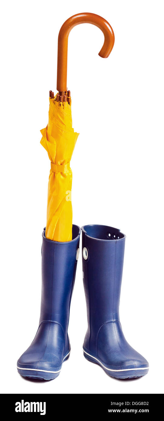 Gummistiefel und Regenschirm isoliert auf weißem Hintergrund Stockbild