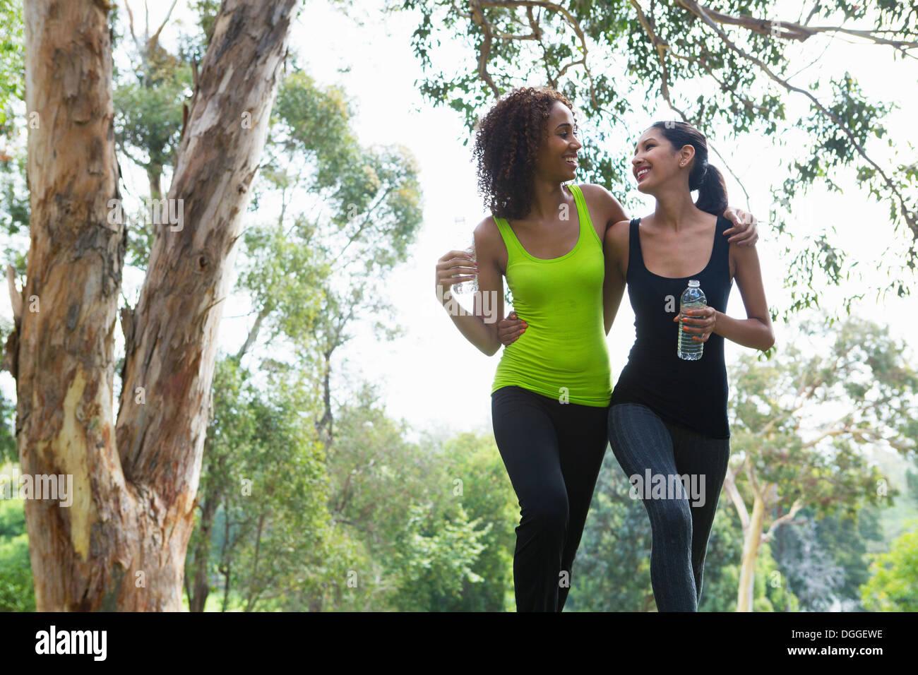 Jugendliche und Erwachsene Frau zusammen im Park spazieren Stockbild