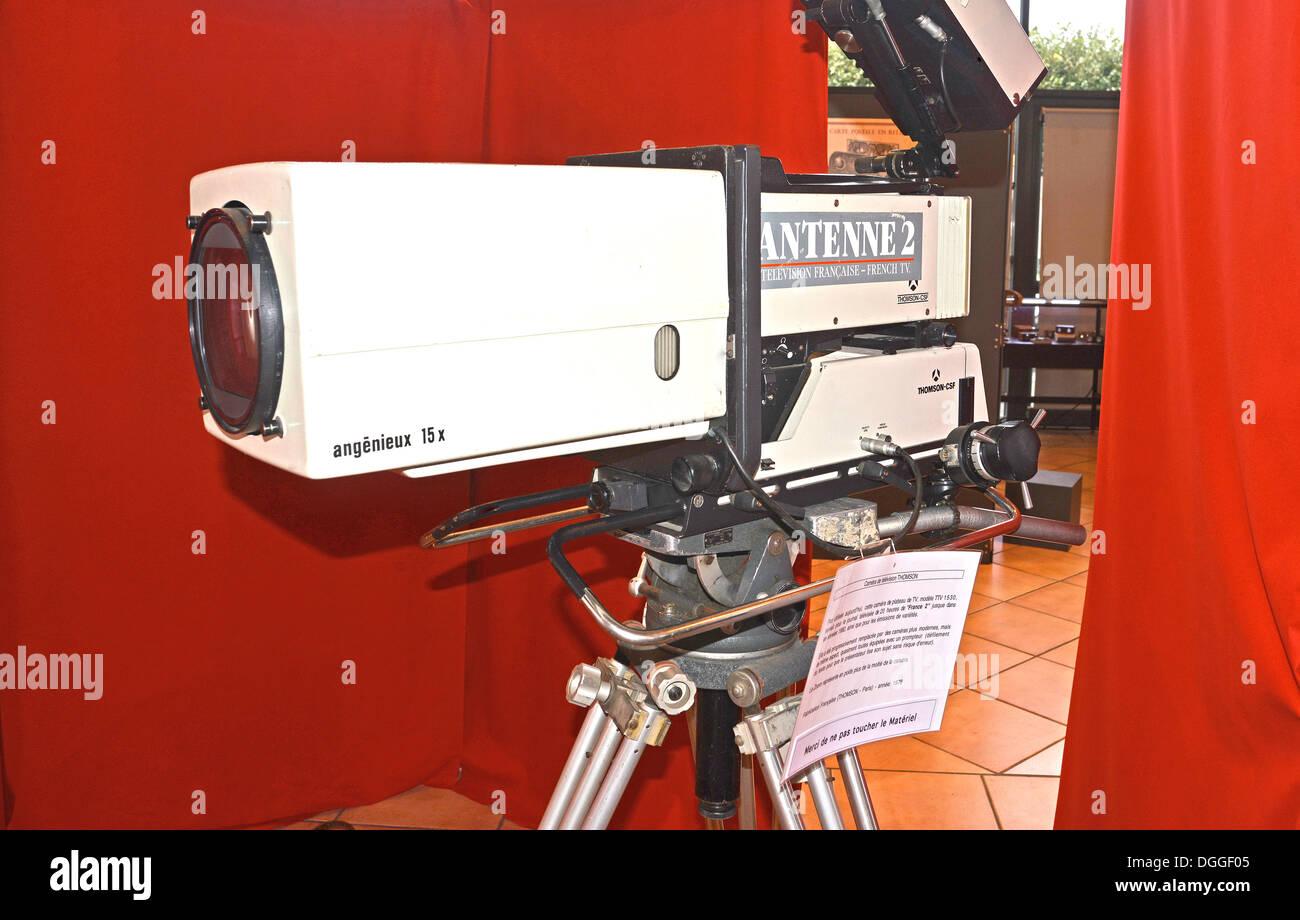 alte Fernsehkamera Thomson TTV 1530 mit Angenieux 15 X Zoom (1978) des französischen TV Antenne 2 Stockbild