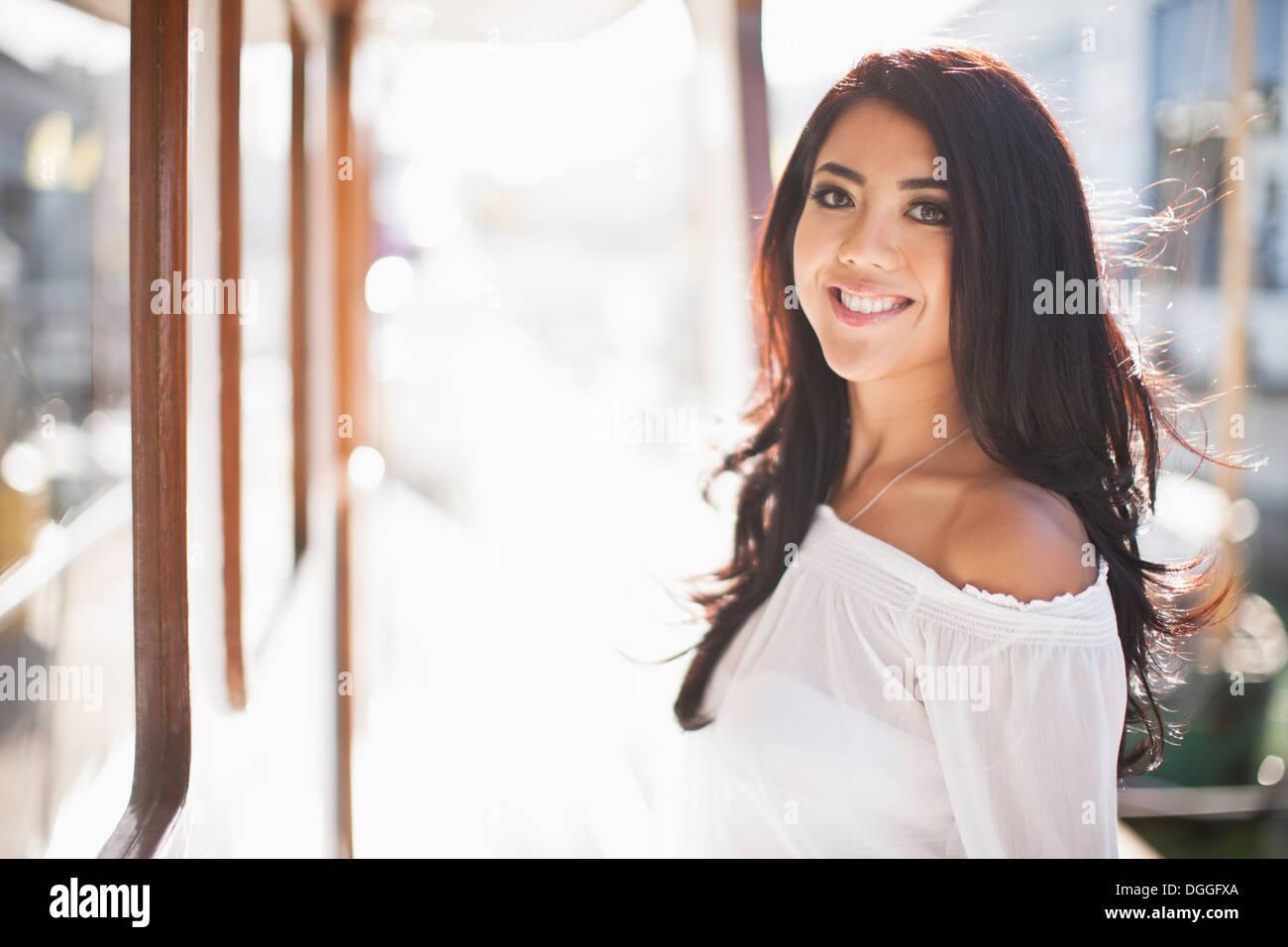 Porträt der jungen Frau auf Yacht, San Francisco, Kalifornien, USA Stockbild