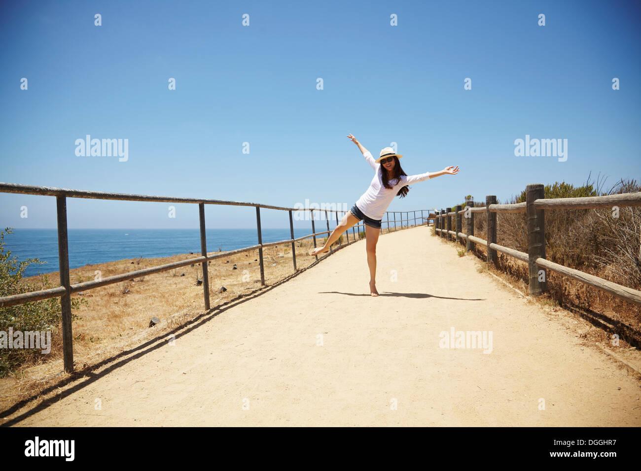 Junge Frau herumspielen, Palos Verdes, Kalifornien, USA Stockbild