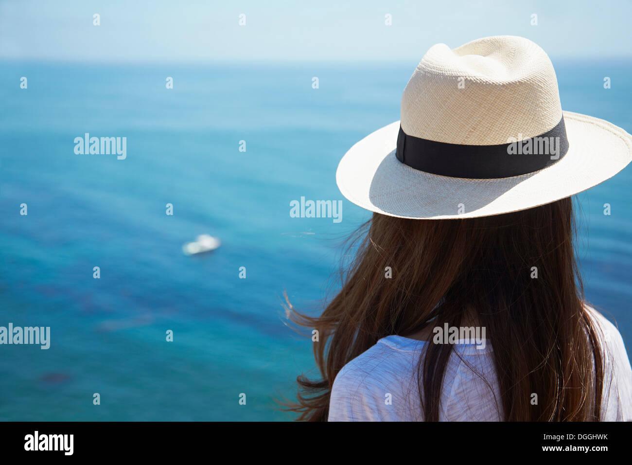 Junge Frau mit Blick auf See, Palos Verdes, Kalifornien, USA Stockbild