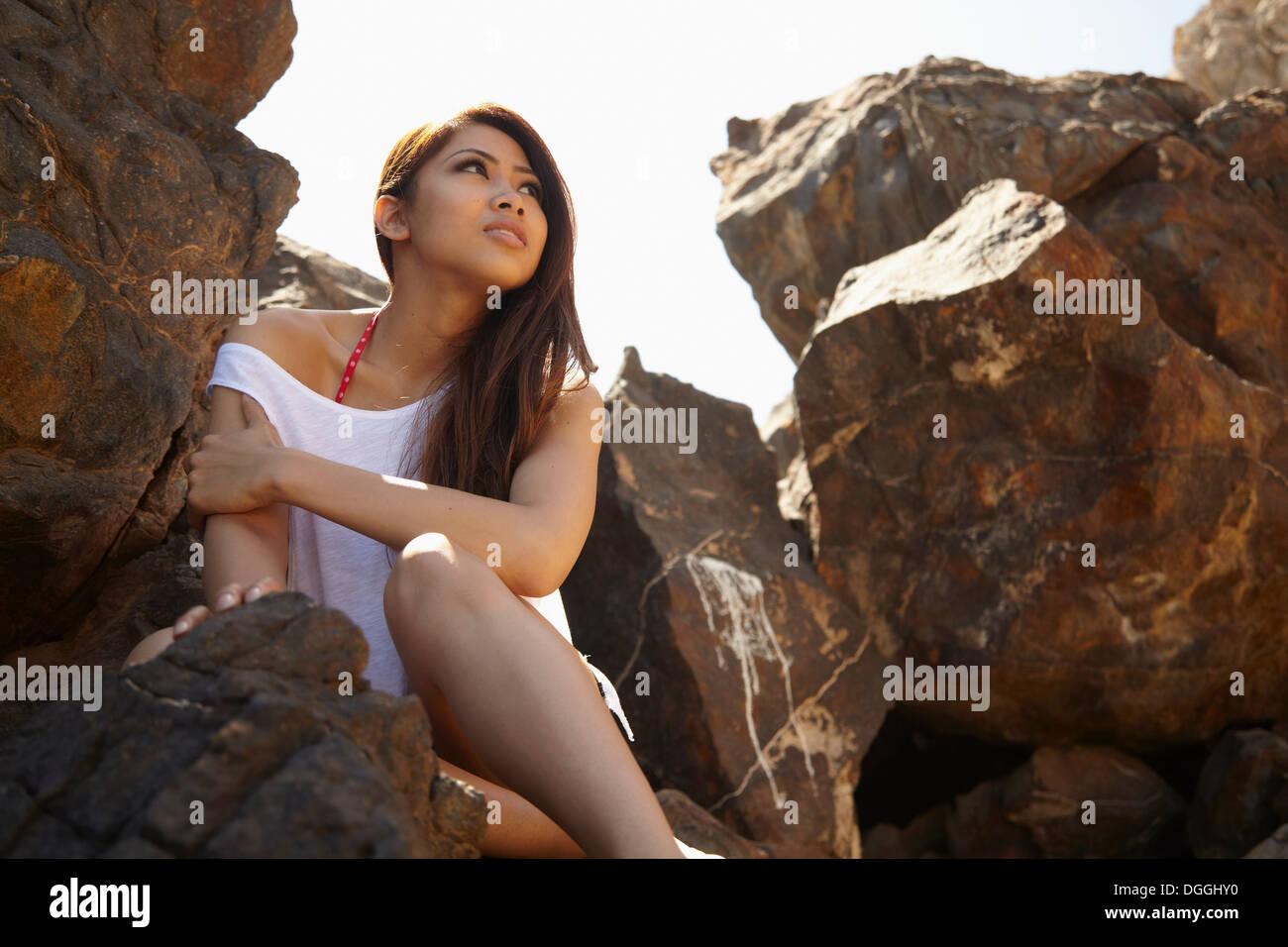 Junge Frau in felsigen Schatten, Palos Verdes, Kalifornien, USA Stockbild