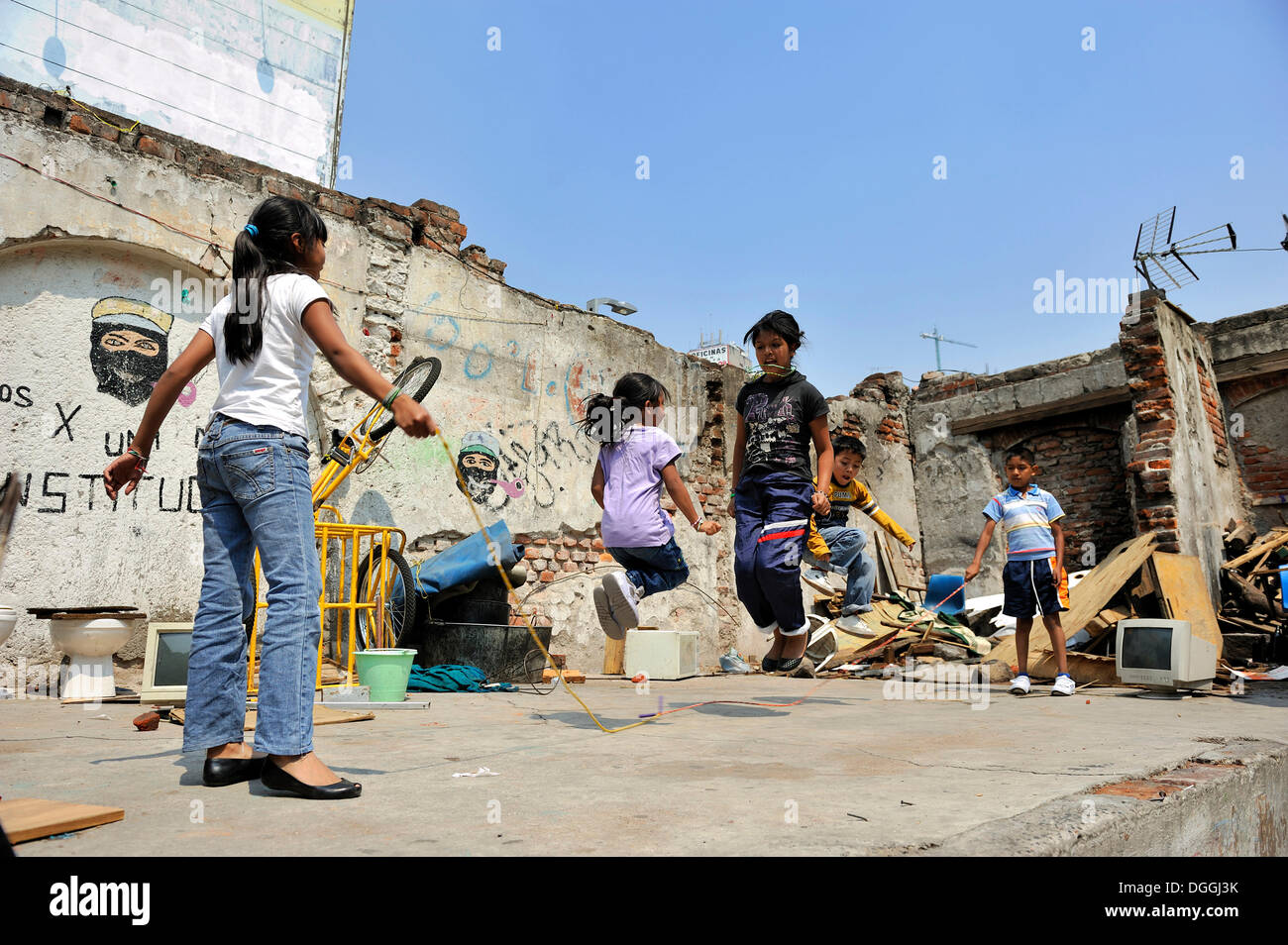 Kinder spielen mit einem überspringen Seil in den Ruinen einer Wohnhaus, indigene Gemeinschaft in einem Slum, Mexiko-Stadt, Ciudad de Mexico Stockbild