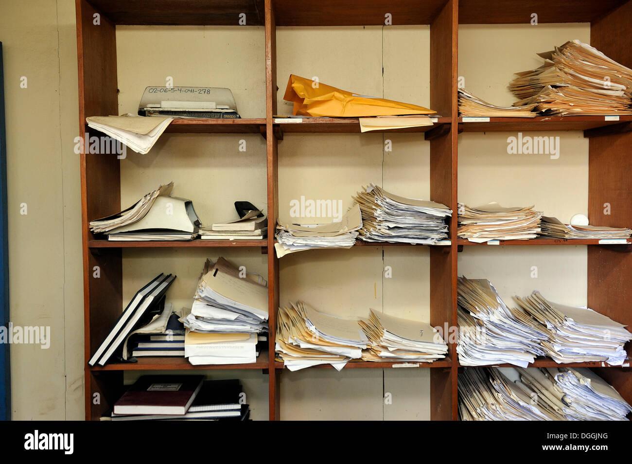 Grundlegende Regal mit Dokumenten auf einem Polizeirevier, La Sabanita, Masaya, Nicaragua, Mittelamerika Stockbild