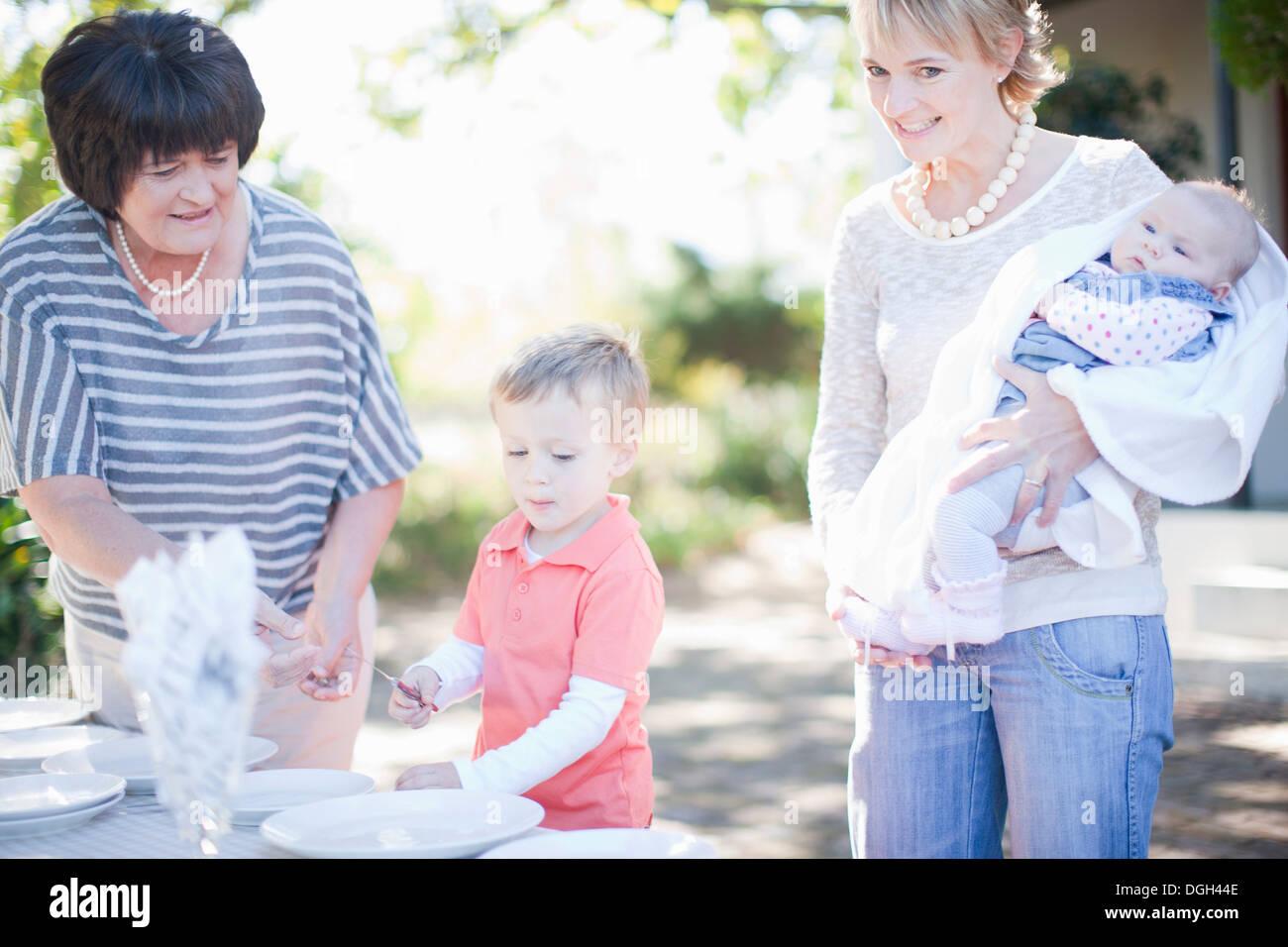 Familiensetting Esstisch im freien Stockbild