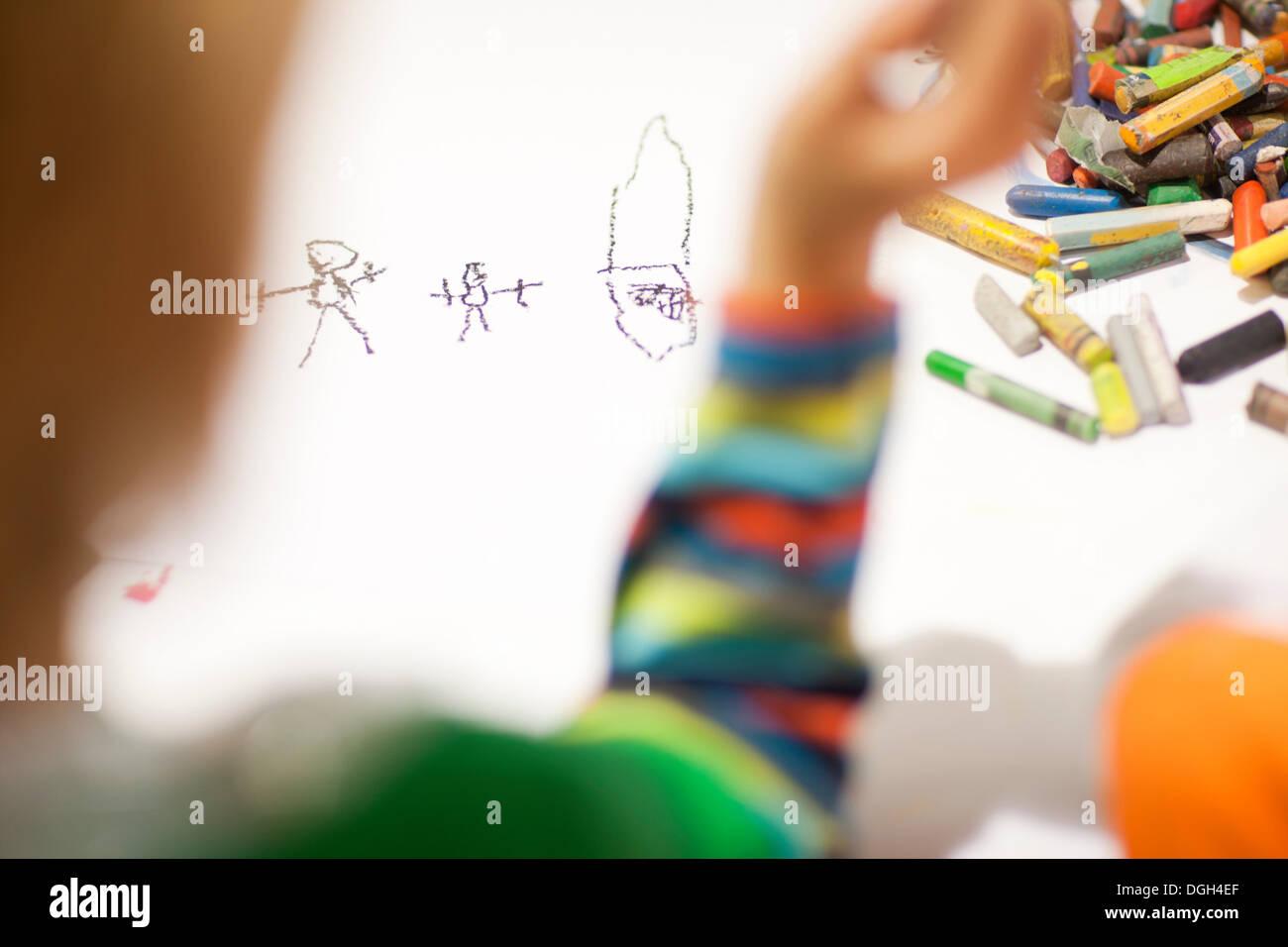 Kind mit Buntstiften zeichnen Stockbild