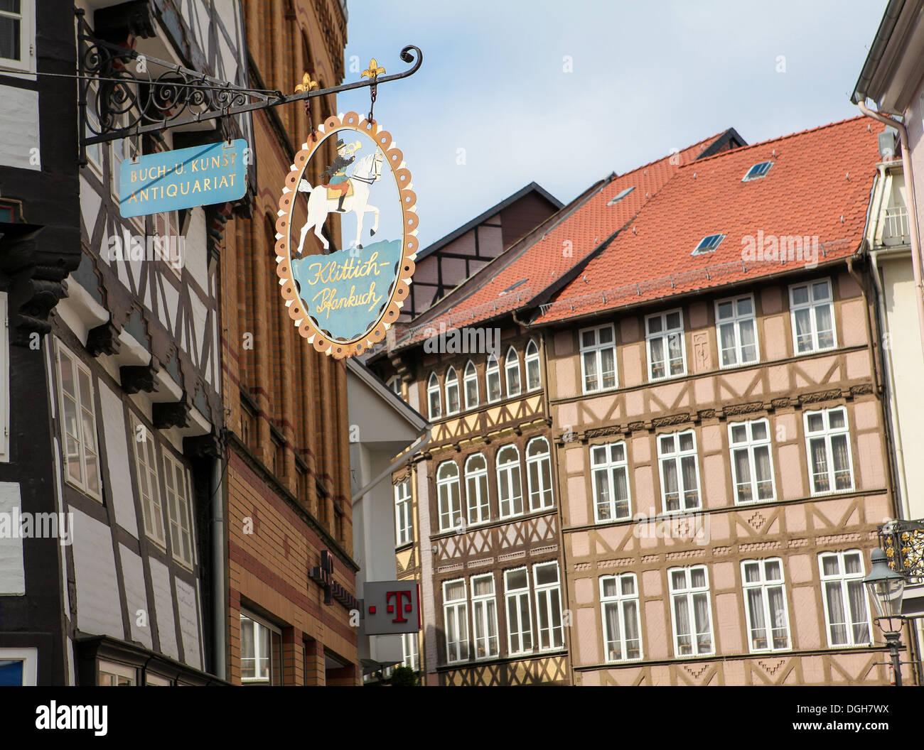 Alte Häuser und Plakat der ein Antiquariat in Braunschweig, Niedersachsen, Deutschland, am 4. Mai 2011. Stockbild