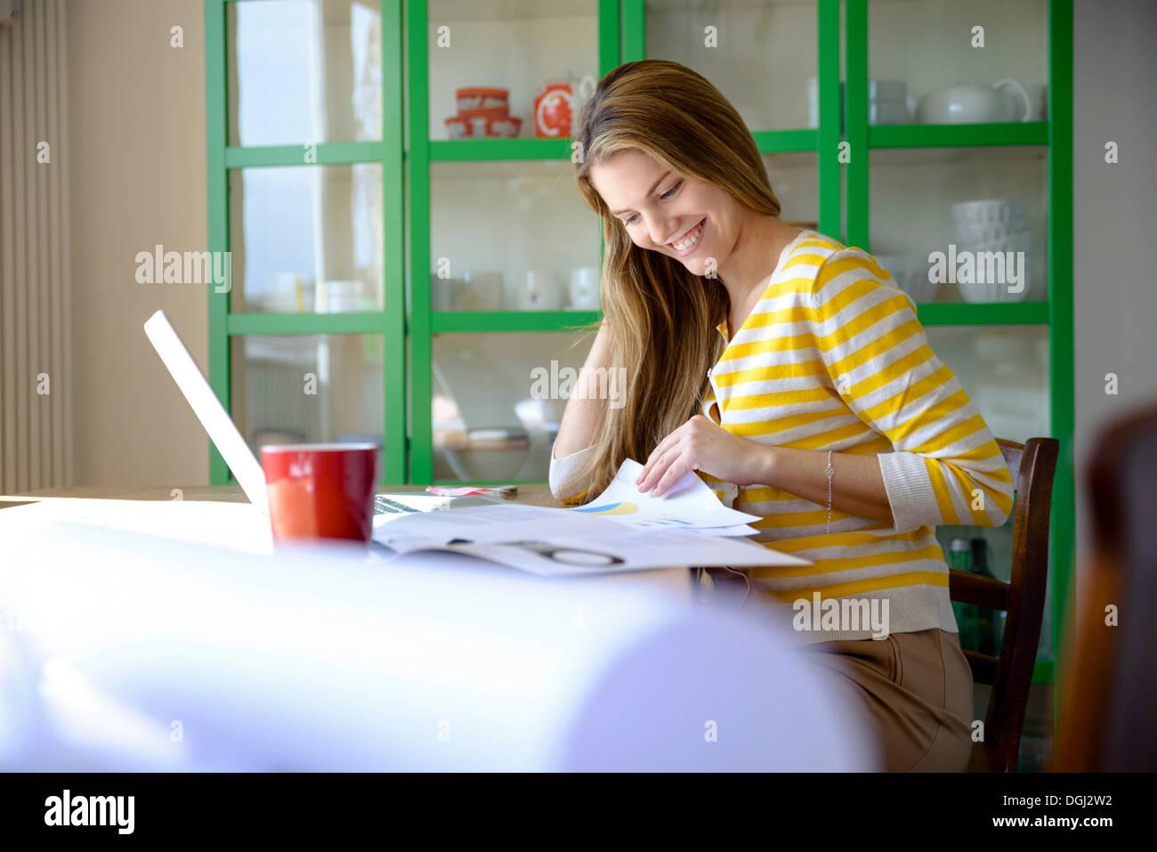 Junge Frau, die von zu Hause aus arbeiten Stockfoto