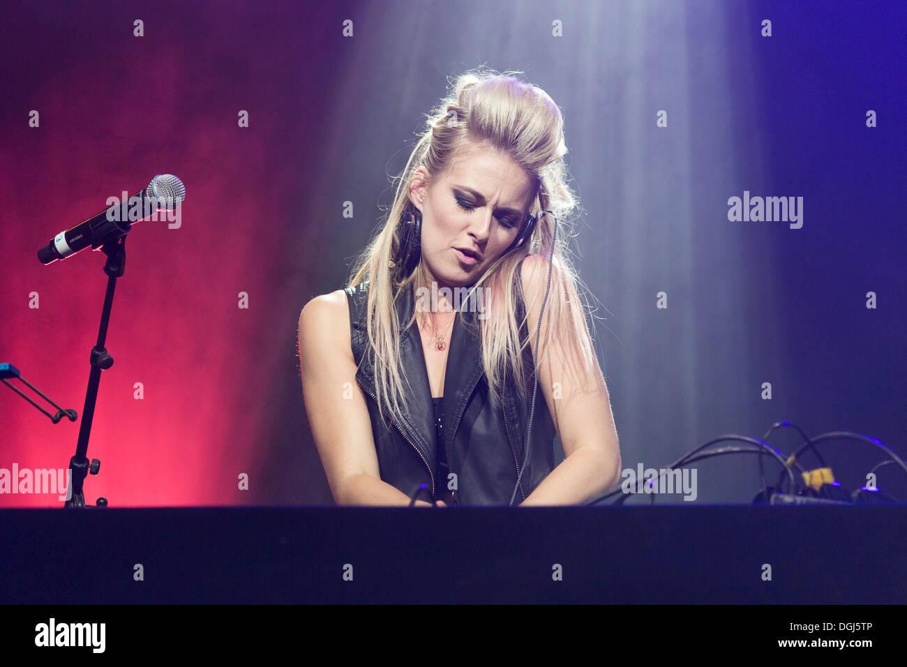 Britischer DJ Krystal Roxx, der offizielle DJ von der britischen R&B Singer-Songwriter Taio Cruz, die live beim Heitere Open Air in Stockbild