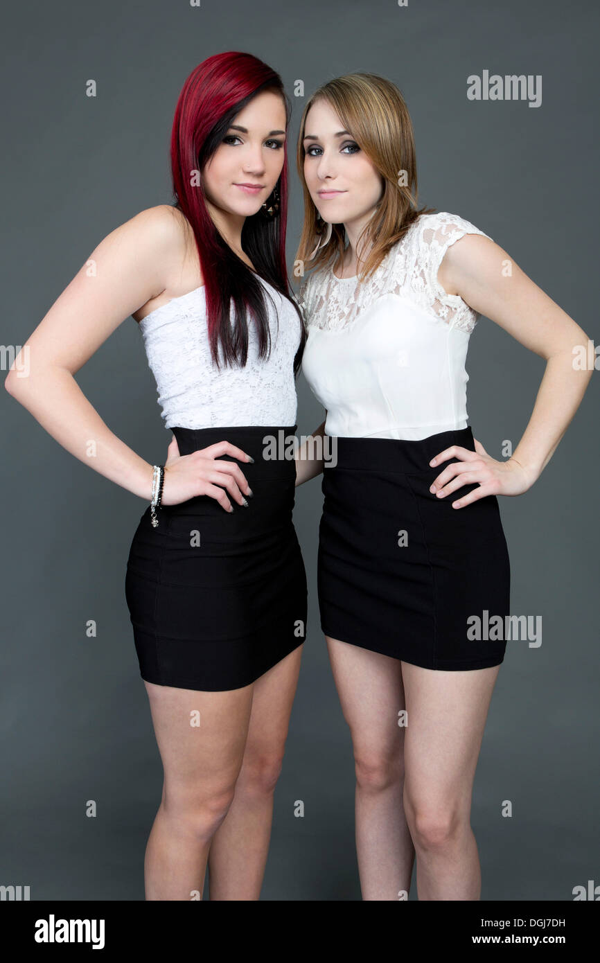 new style b2968 c9208 Zwei junge Frauen tragen weiße Tops und kurze schwarze Röcke ...
