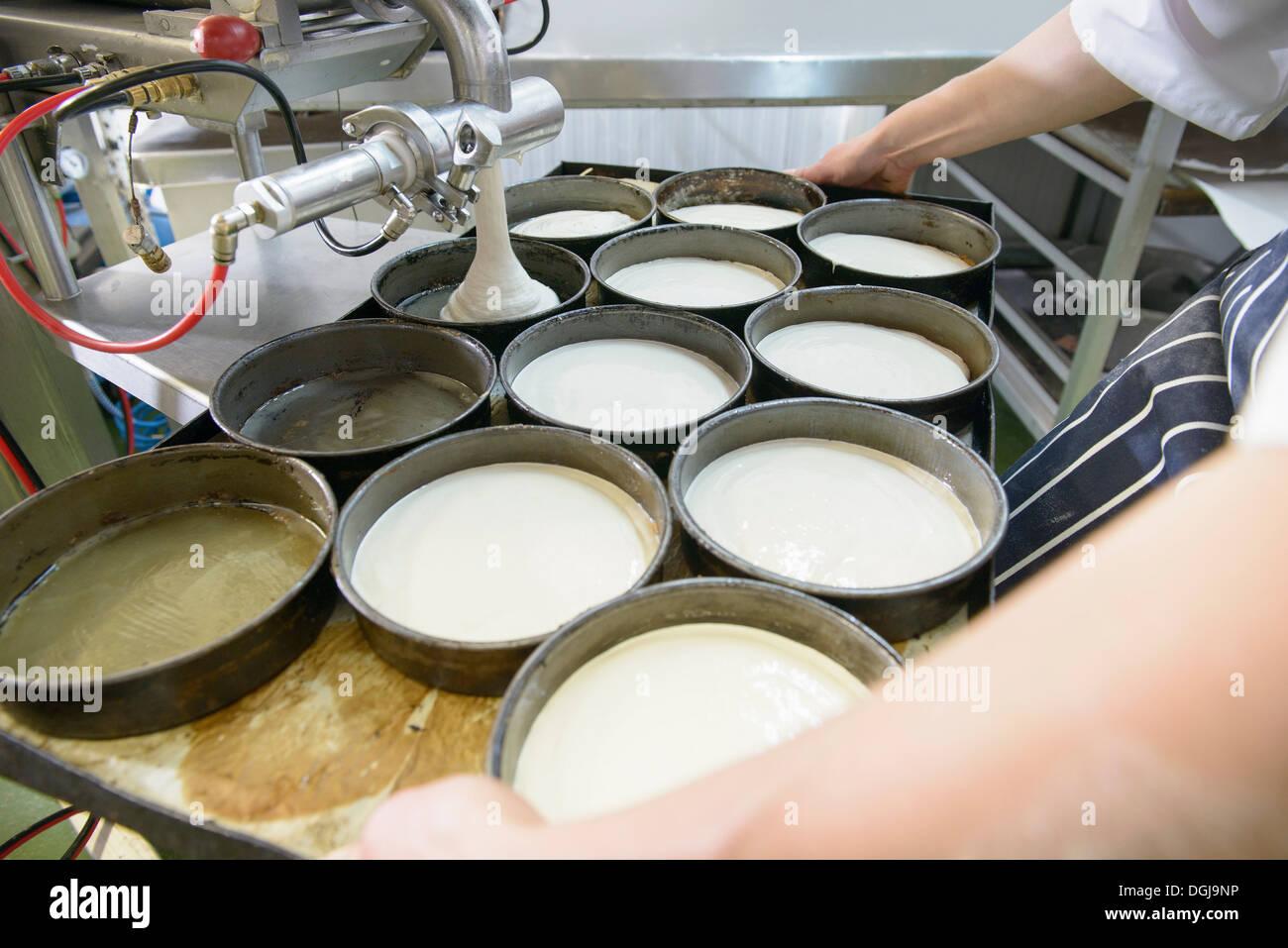 Baker, die Messung der Teig in Gerichten, Nahaufnahme Stockbild