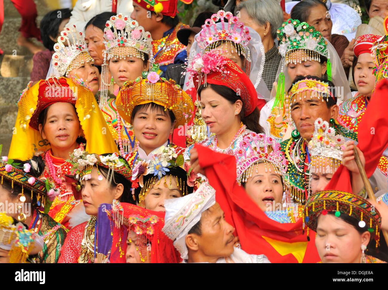 Traditionell gekleideten Zuschauern auf dem wichtigsten Festival von Cham, Po Nagar Tempel, Nha Trang, Vietnam, Südostasien Stockbild