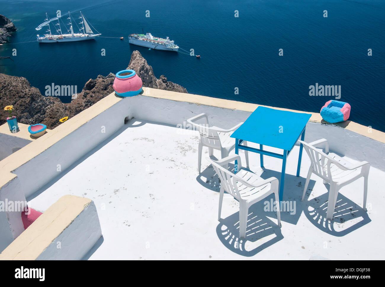 Tisch und Stühle auf der Terrasse von einem griechischen Gästehaus, Santorin, Kykladen, Griechenland, Europa Stockbild