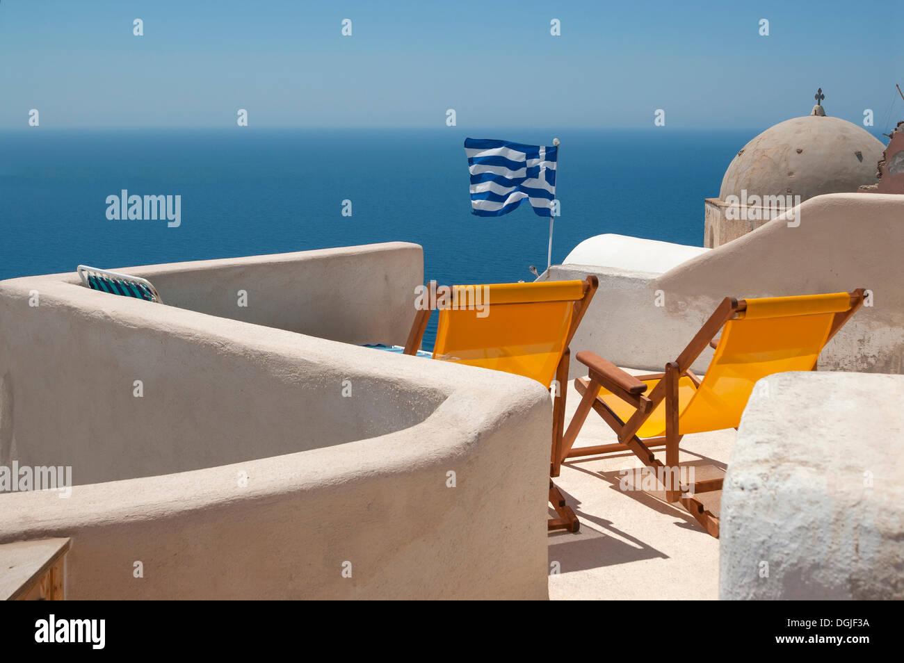 Liegestühle auf der Terrasse von einem griechischen Gästehaus, Santorin, Kykladen, Griechenland, Europa Stockbild