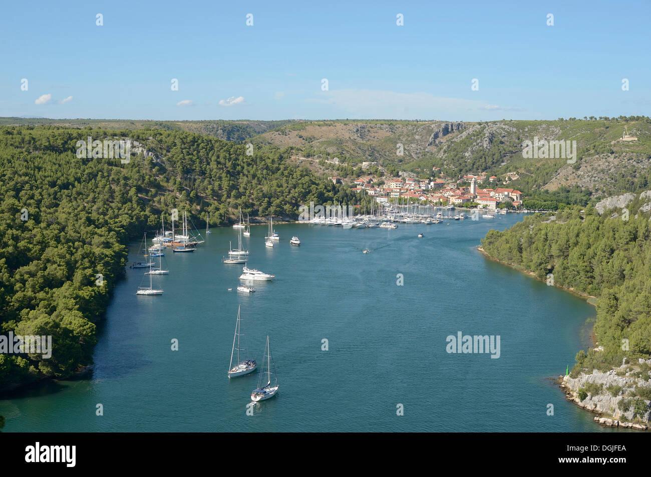 Blick über die Bucht mit Segelschiffen und einer Stadt, Skradin, Kroatien, Europa Stockfoto