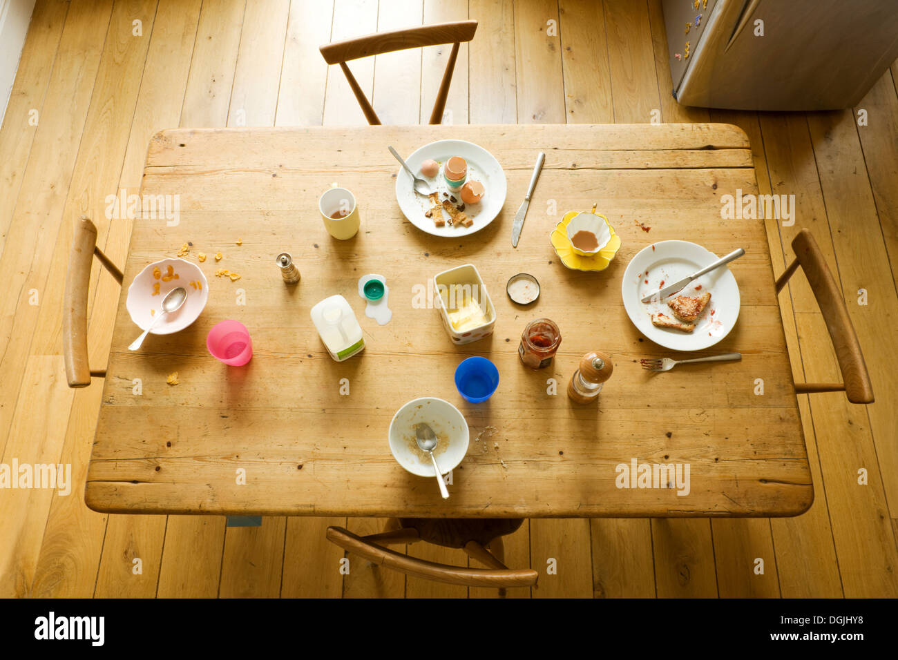 Draufsicht der Frühstückstisch mit gegessen Nahrung und chaotisch Platten Stockbild