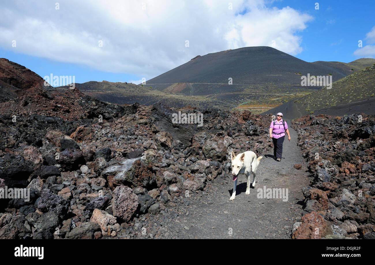 Frau zu Fuß mit einem Hund auf La Palma vor San Antonio Volcano, Kanarische Inseln, Spanien, Europa, PublicGround Stockfoto