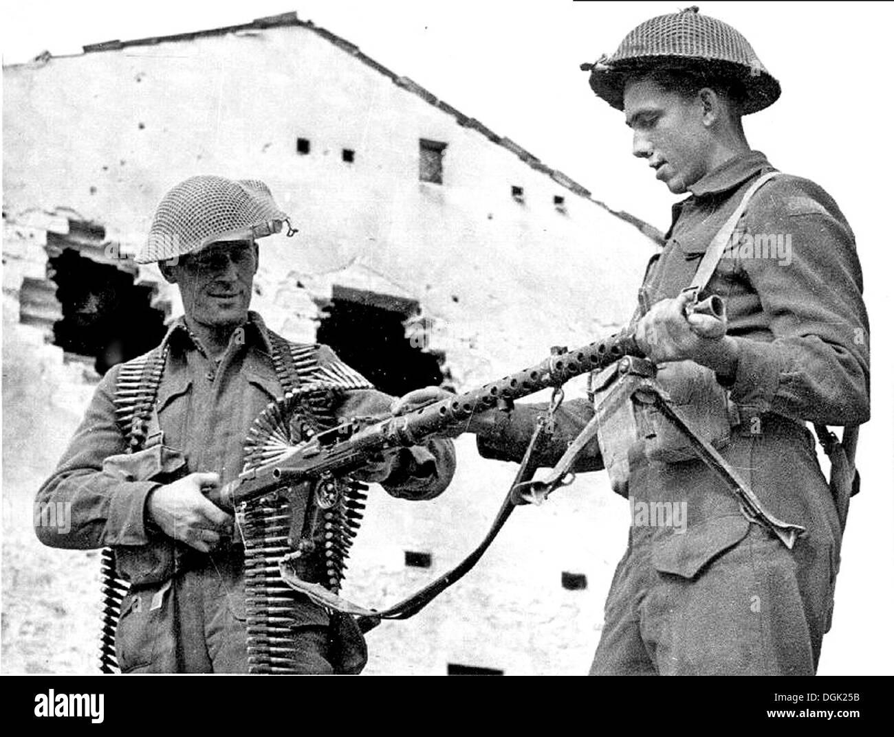 KANADISCHE Soldaten mit erbeuteten deutschen MG34 Maschinengewehr in Italien 1944 Stockbild