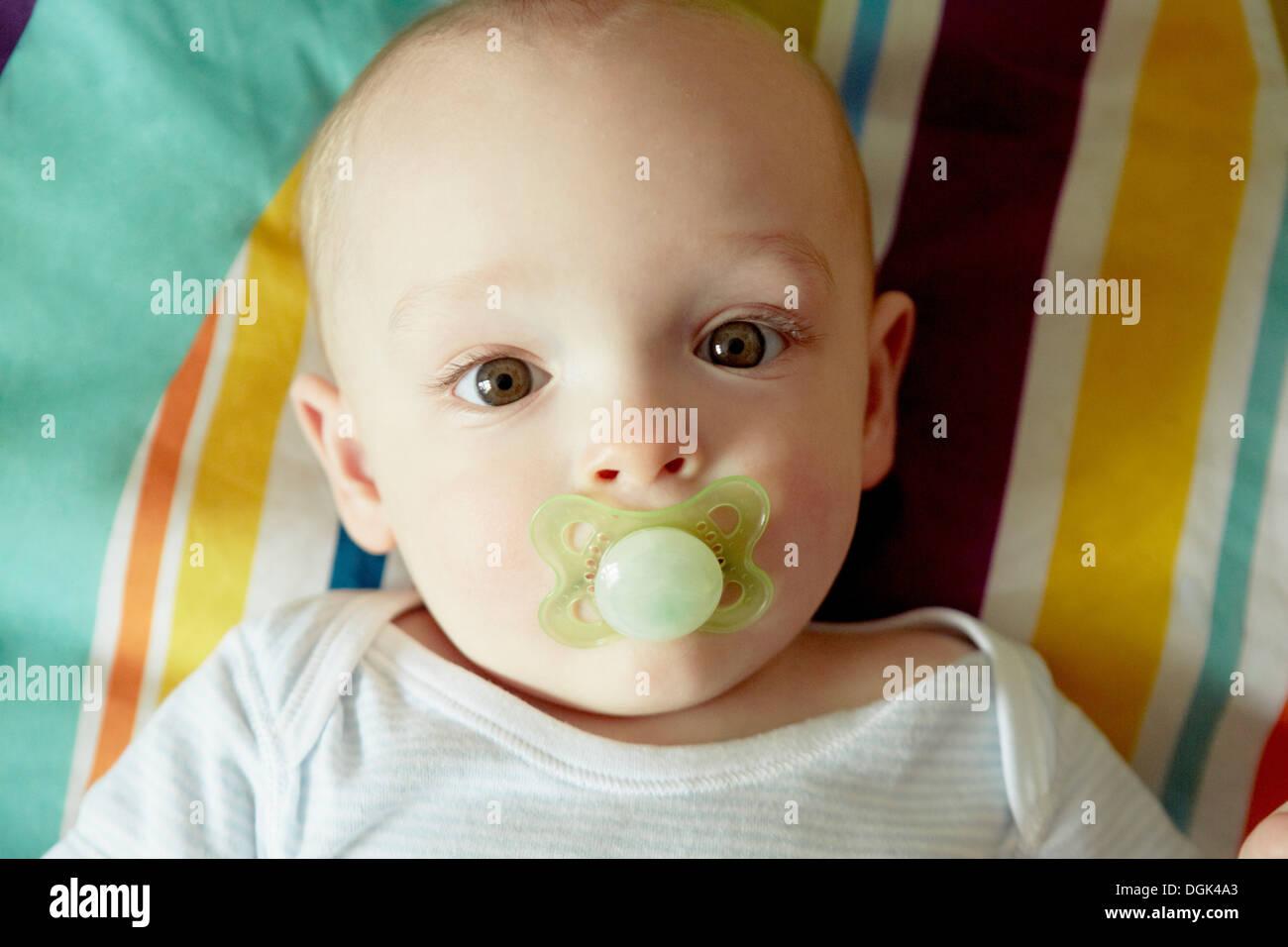 Porträt von Baby jungen saugen Schnuller Stockbild
