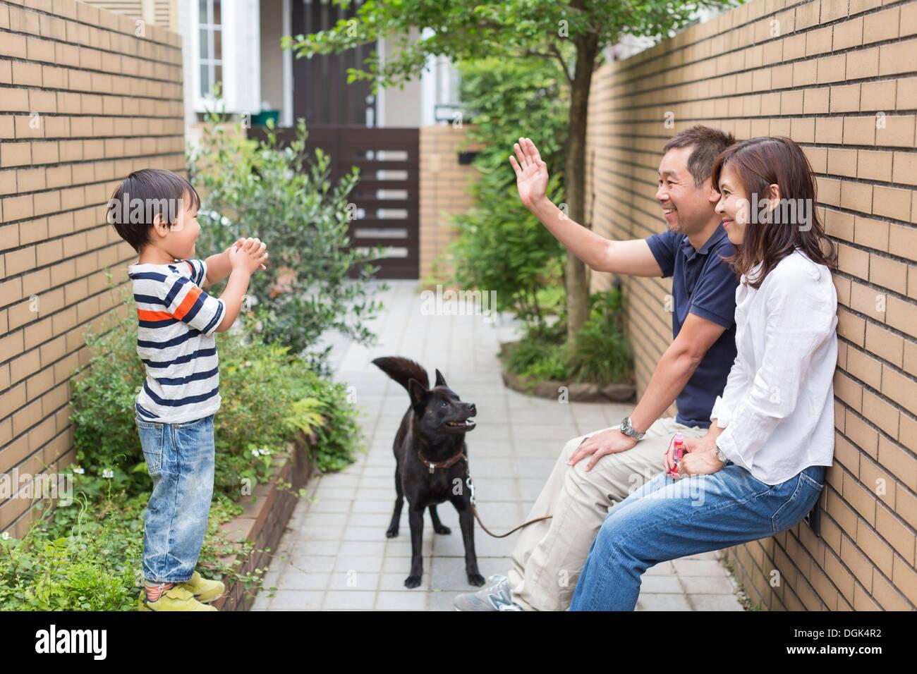 Familie mit Hund, Vater Sohn winken Stockfoto