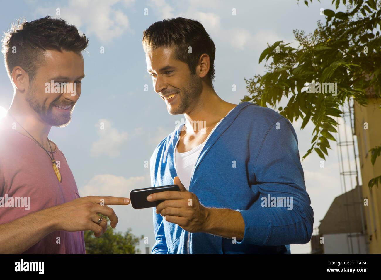 Zwei Männer mit Handy Stockfoto