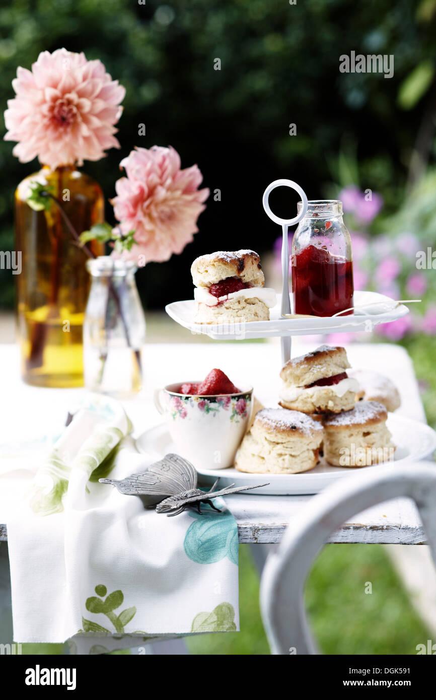 Scones mit hausgemachter Erdbeer-Marmelade und Sahne Stockfoto