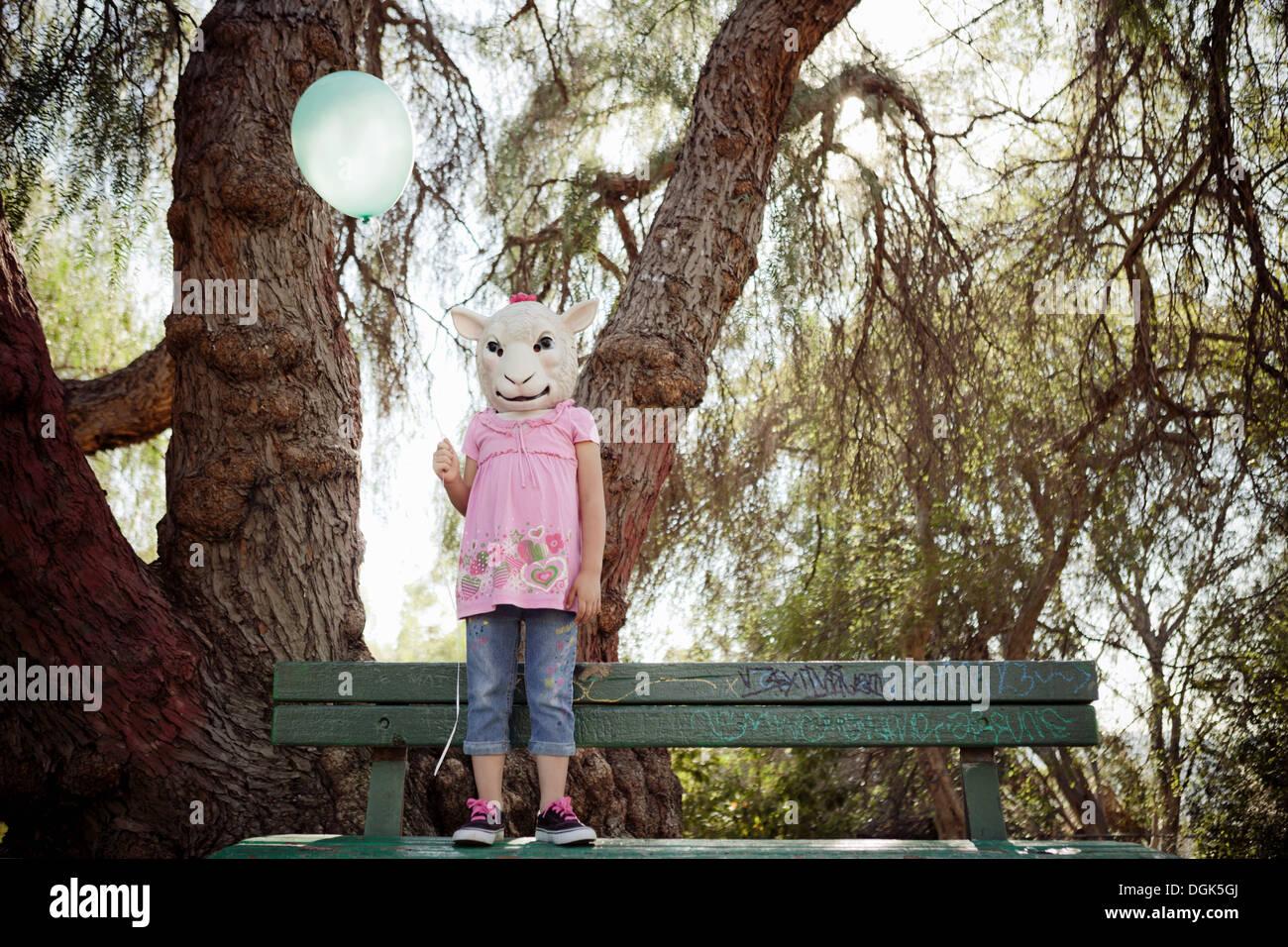 Kind im Kostüm der Schafe Kopfmaske Stockbild